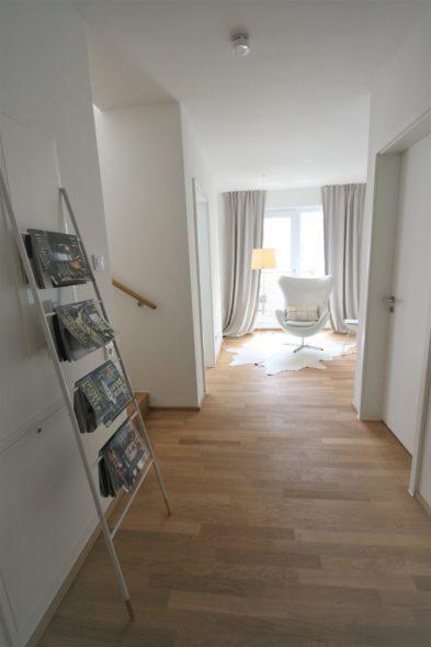 Durchgangszimmer mit Zeitungsstaender
