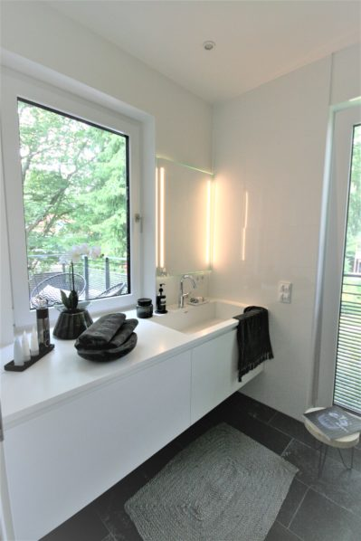 Masterbad in Penthouse schwarz-weiß Gestaltung fuer homestaging
