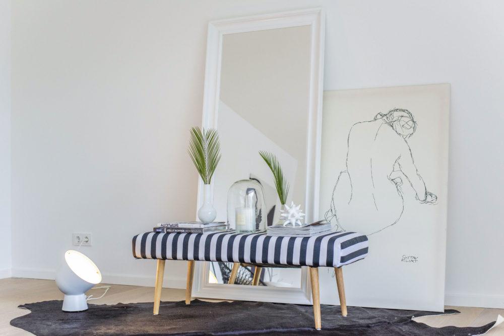 Staging in Starnberg Wohnzimmer Deko in schwarz-weiß