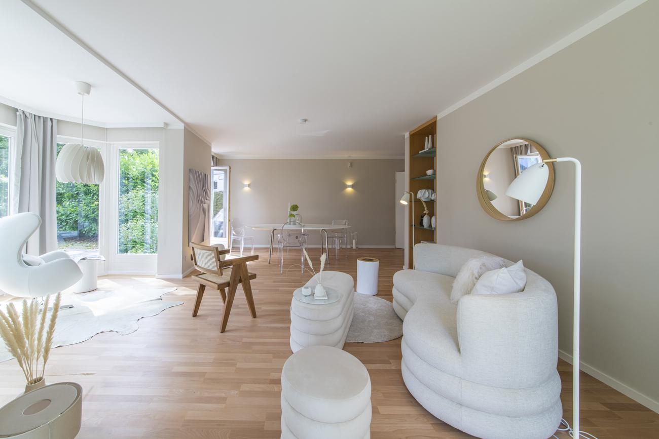 home staging Gestaltung für den Verkauf - offener Wohn- und Essbereich mit Erkerlounge
